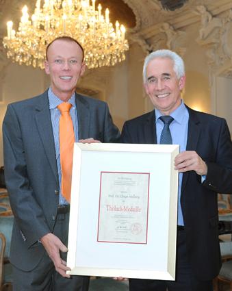 Der VfZ-Geschäftsführer Dr. Matthias Lehr (links im Bild) verleiht in Kloster Banz Herrn Professor Dr. Elmar Hellwig (rechts im Bild) die Tholuck-Medaille 2015 vom Verein für Zahnhygiene e.V.