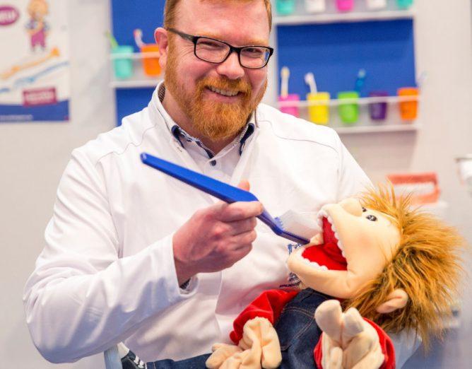 Auch Alex, unsere Zahnputzpuppe war mit vollem Einsatz dabei!