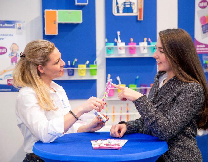 Jessica Brucculeri klärte auch zu Mundhygienematerialien im Programm des VfZ auf