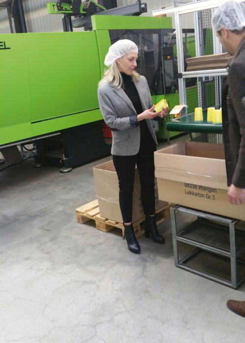 """VfZ """"On Tour"""" - Jessica Brucculeri und Irene Paul beim Rundgang durch die Produktion der Firma ADOMA"""