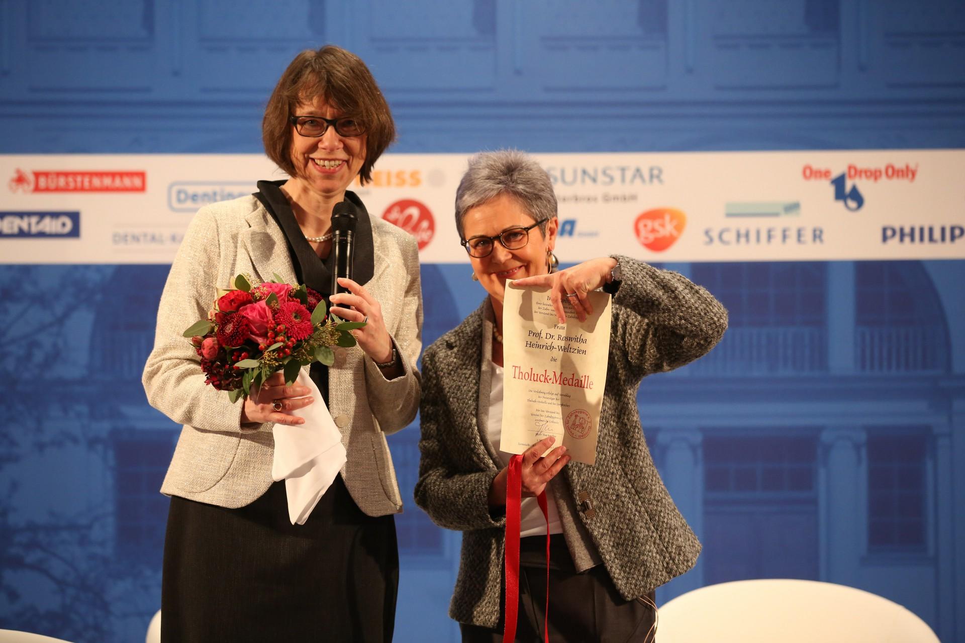 Verleihung der Tholuck-Medaille an Prof. Dr. Roswitha Heinrich-Weltzien durch Dr. Marianne v. Schmettow