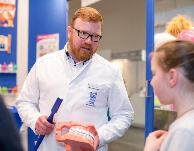 Dr. Christian Rath informierte und instruierte zum Thema Zähneputzen